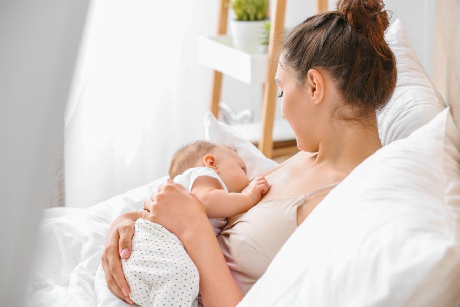 положение ребенка на руках при кормлении грудью 12